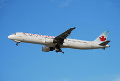 Avion de passagers d'Air Canada Photographie stock libre de droits