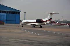 Avion de passagers d'indigo à l'aéroport international de Delhi dans l'Inde Photo libre de droits