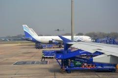 Avion de passagers d'indigo à l'aéroport international de Delhi dans l'Inde Images libres de droits