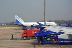 Avion de passagers d'indigo à l'aéroport international de Delhi dans l'Inde Photo stock