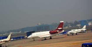 Avion de passagers d'indigo à l'aéroport international de Delhi dans l'Inde Photos stock