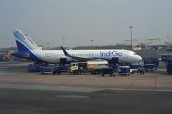 Avion de passagers d'indigo à l'aéroport international de Delhi dans l'Inde Photos libres de droits