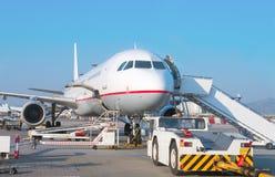 Avion de passagers dans l'aéroport Images libres de droits