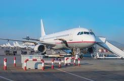 Avion de passagers dans l'aéroport Images stock