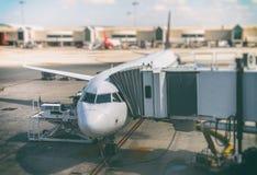 Avion de passagers dans l'aéroport Image libre de droits