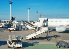 Avion de passagers dans l'aéroport Photographie stock libre de droits