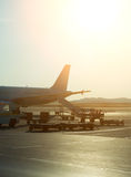 Avion de passagers dans l'aéroport au lever de soleil Image libre de droits