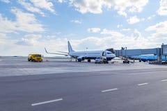 Avion de passagers dans le jour ensoleillé d'été d'aéroport Entretien des avions Photos stock