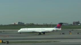 Avion de passagers de Delta Airlines à New York 4K banque de vidéos