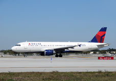 Avion de passagers de Delta Airlines Photo libre de droits