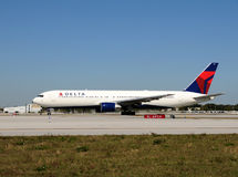 Avion de passagers de Delta Airlines Boeing 767 Photographie stock libre de droits