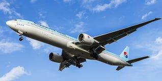 Avion de passagers de Korean Air Boeing 777-300 Photo stock