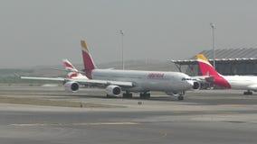 Avion de passagers de long-courrier d'Ibearia banque de vidéos