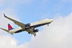 Avion de passagers de message publicitaire de Delta Airlines Photographie stock
