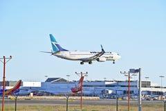 Avion de passagers de message publicitaire de lignes aériennes de Westjet Images libres de droits