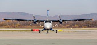 Avion de passagers DHC-6-400 d'Aurora Airlines sur la piste, vue de face Turbopropulseur Aviation et transport photo libre de droits