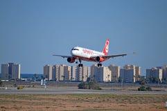Avion de passagers environ à atterrir Photographie stock libre de droits