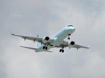 Avion de passagers moderne en vol photographie stock libre de droits