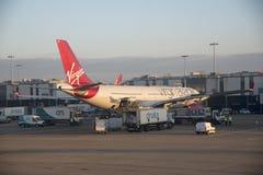 Avion de passagers sur le support terminal à LHR Photographie stock