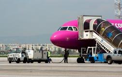 Avion de Passanger à la piste d'aéroport Photographie stock libre de droits