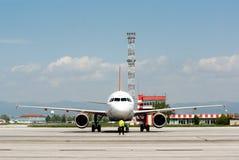 Avion de Passanger à la piste d'aéroport Images libres de droits