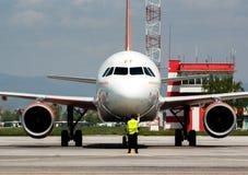 Avion de Passanger à la piste d'aéroport Photos libres de droits