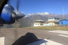 Avion de propulseur prêt à décoller à l'aéroport de lukla Image stock