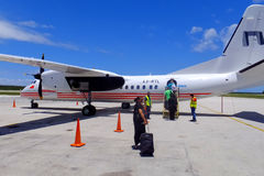 Avion de RealTonga à l'aéroport international d'amotu de ` de Fua sur Tongata Images libres de droits
