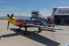 Avion de Red Bull sur l'affichage photos libres de droits