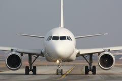 Avion de roulement sur le sol Images stock