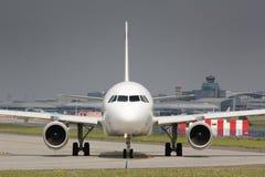 Avion de roulement sur le sol Image stock