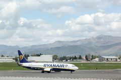 Avion de Ryanair à l'aéroport de Bergame en Italie Photos stock