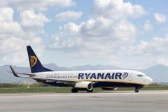 Avion de Ryanair à l'aéroport de Bergame en Italie Images stock