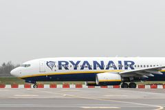 Avion de Ryanair Boeing photographie stock libre de droits