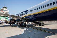 Avion de Ryanair de ligne aérienne de coût bas sur le macadam Image stock