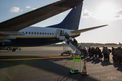 Avion de Ryanair de ligne aérienne de coût bas sur le macadam Images stock