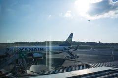 Avion de Ryanair de ligne aérienne de coût bas sur le macadam Photo stock