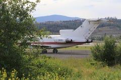 Avion de sécurité de voyage sur la piste Image libre de droits