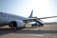 Avion de SilkAir au coucher du soleil à l'aéroport de Danang Images stock