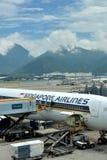 Avion de Singapore Airlines maintian dans l'aéroport de Hong Kong Photos stock