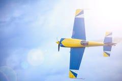 Avion de sport dans le ciel Photo stock