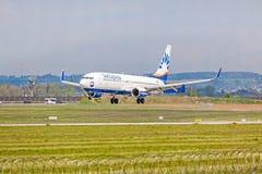 Avion de SunExpress à l'approche d'atterrissage, aéroport Stuttgart, Allemagne Image libre de droits