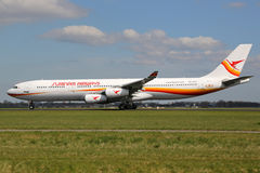 Avion de Surinam Airways Airbus A340 Photos stock