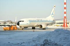 Avion de Tarom sur l'aéroport de Bucarest Image libre de droits