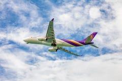 Avion de Thai Airways en ciel Photographie stock