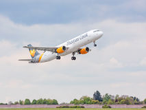 Avion de Thomas Cook après décollage, ciel avec des nuages Photographie stock