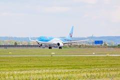 Avion de TUIfly à l'approche d'atterrissage, aéroport Stuttgart, Allemagne Photographie stock libre de droits