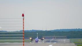 Avion de turbopropulseur roulant au sol après le débarquement clips vidéos