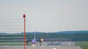 Avion de turbopropulseur roulant au sol après le débarquement banque de vidéos