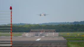 Avion de turbopropulseur s'approchant avant le débarquement banque de vidéos